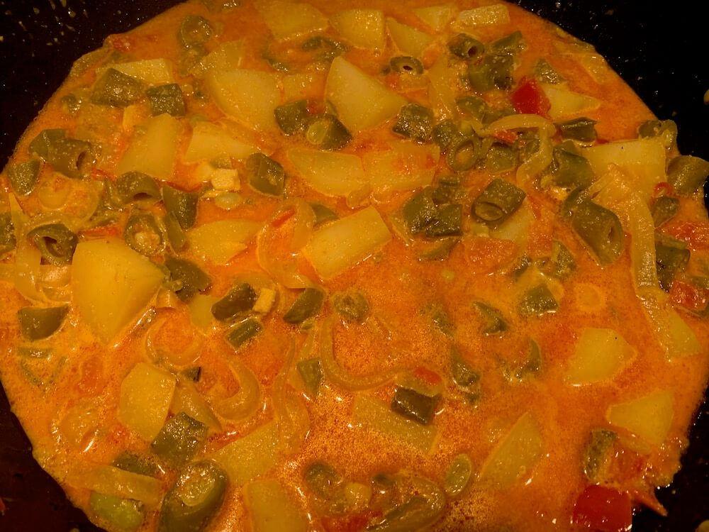 Broad bean dish from Spain, cazuela de habas